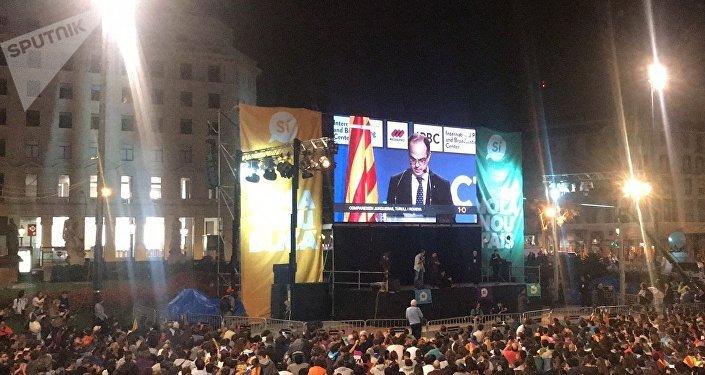 Miles de personas se congregan en Plaza Cataluña para 'celebrar' el referéndum
