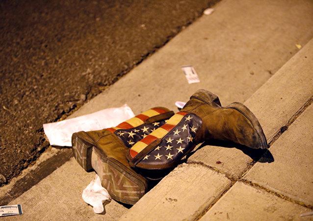 Las botas con la badera de EEUU en la cale tras el tiroteo en Las Vegas