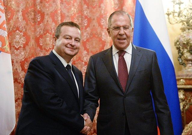 Ministro de Exteriores de Serbia, Ivica Dacic, y ministro de Exteriores de Rusia, Serguéi Lavrov