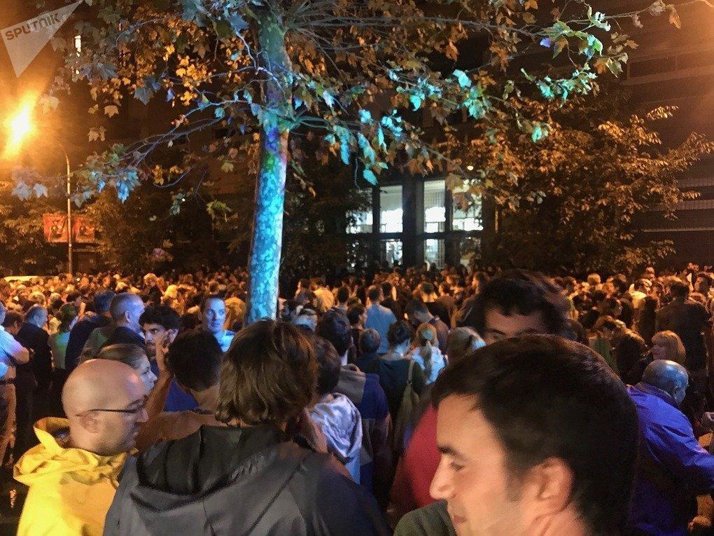 La gente espera para conocer los resultados del referéndum del 1-O
