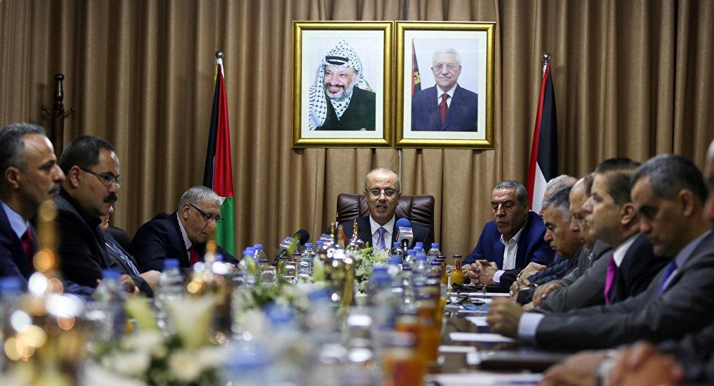 El primer ministro Rami Hamdallah preside la reunión del Gobierno palestino en Gaza