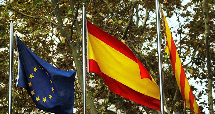 Las banderas de la UE, España y Cataluña