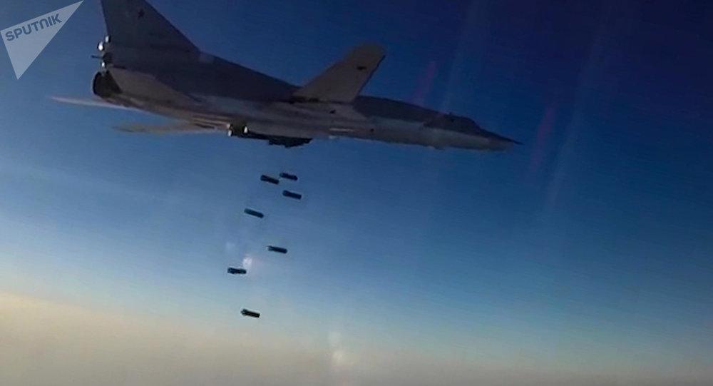 Un avión Tu-22M3 lanza bombas sobre las posiciones de los terroristas en Siria