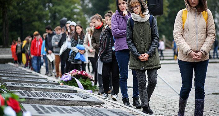 Delante del monumento conmemorativo