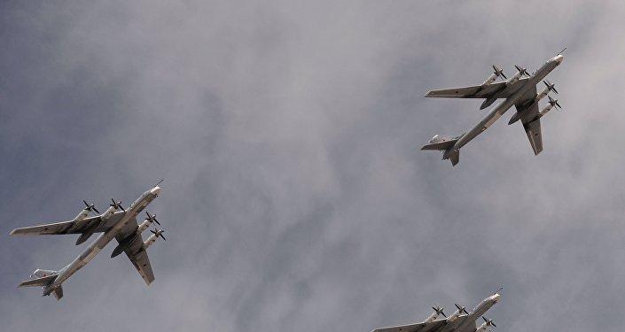 Bombarderos estratégicos portamisiles Tu-95MS sobrevuelan la Plaza Roja durante el Desfile de la Victoria