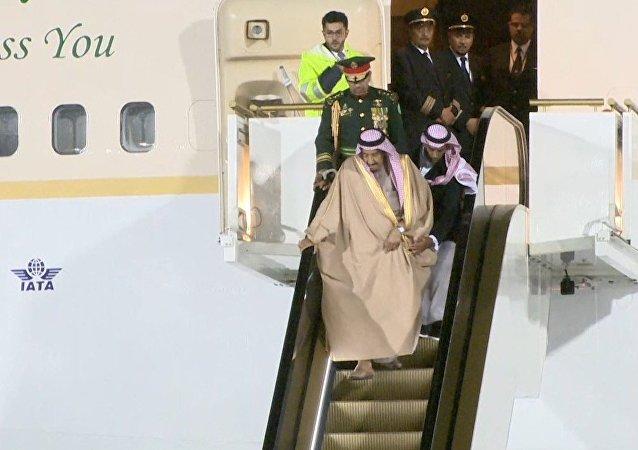 La escalera móvil dorada del rey saudí se estropea en el aeropuerto de Moscú
