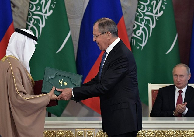 El ministro de Energía, Industria y Recursos Minerales del Reino de Arabia Saudí Khaled Faleh y el canciller ruso Serguéi Lavrov