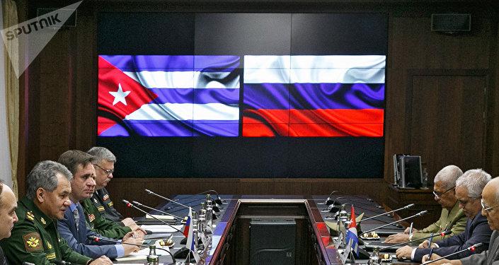 Las banderas de Cuba y Rusia