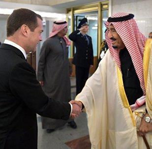 El primer ministro de Rusia, Dmitri Medvédev con el rey de Arabia Saudí, Salman bin Abdulaziz al Saud
