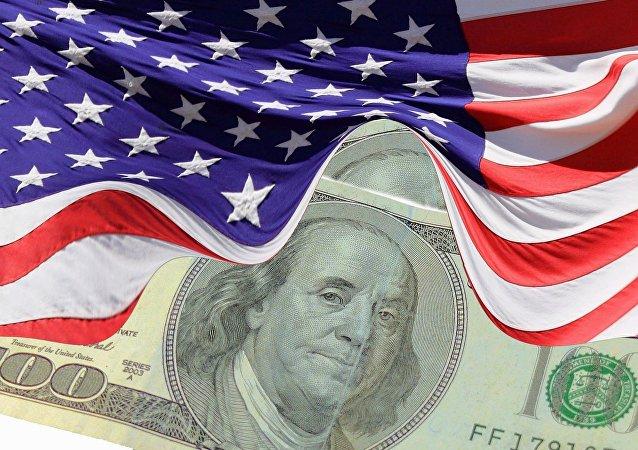 El dólar (moneda de EEUU) y la bandera estadounidense