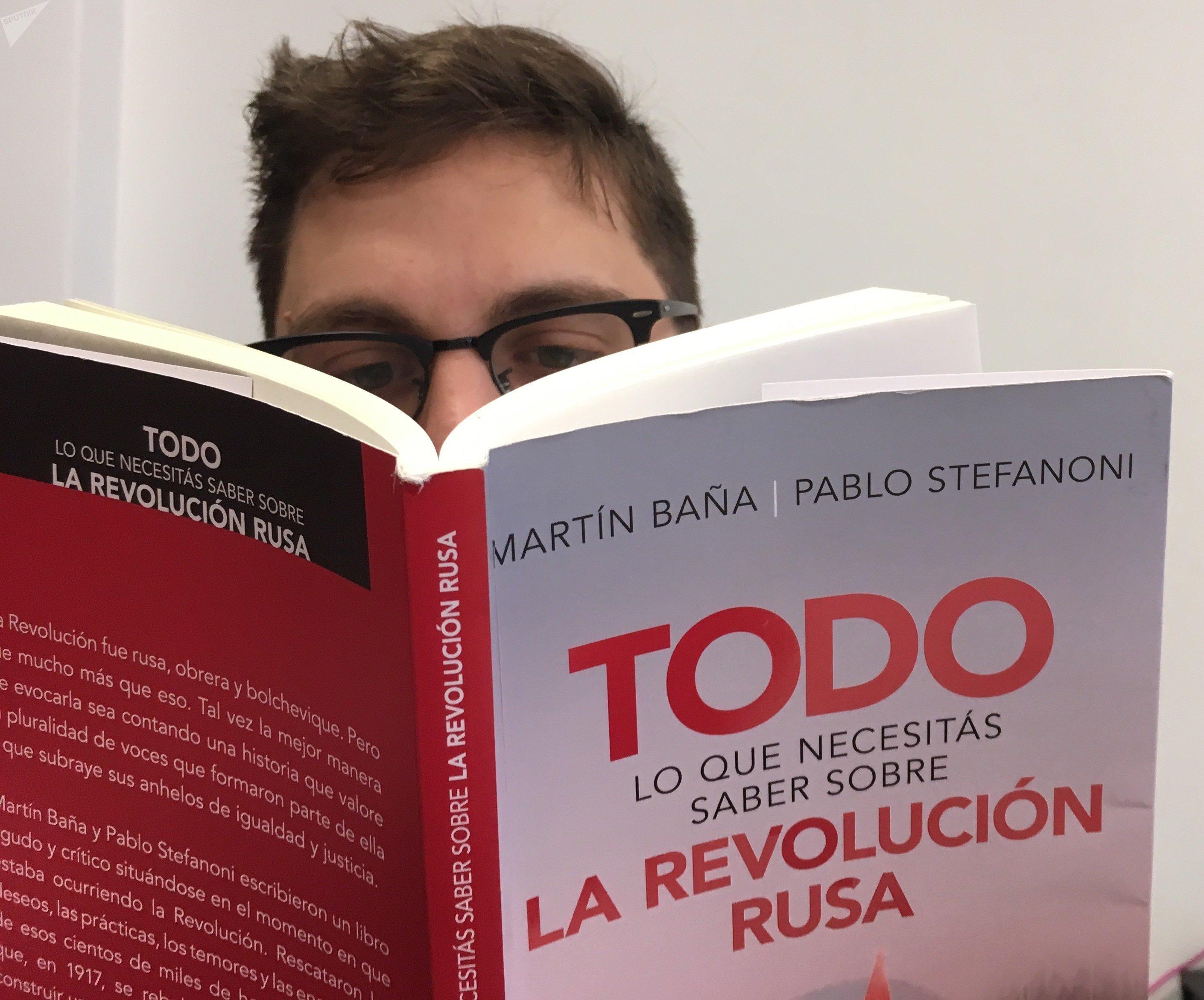 Una persona lee el libro 'Todo lo que necesitás saber sobre la Revolución Rusa'