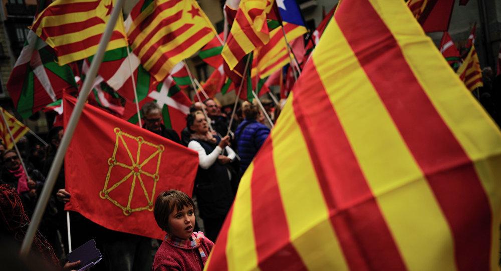 Banderas del País Vasco y de Cataluña (archivo)