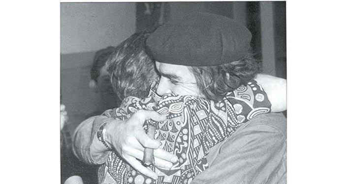 El Che Guevara se abraza con su madre