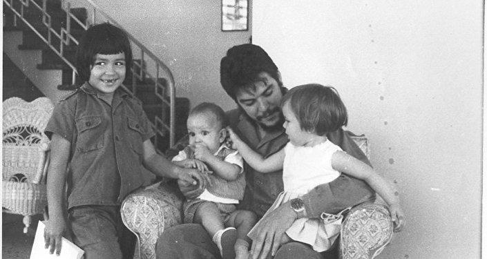 El Che Guevara con sus hijos