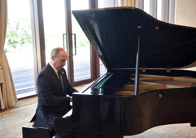 Putin toca el piano en espera de su homólogo chino, Xi Jinping