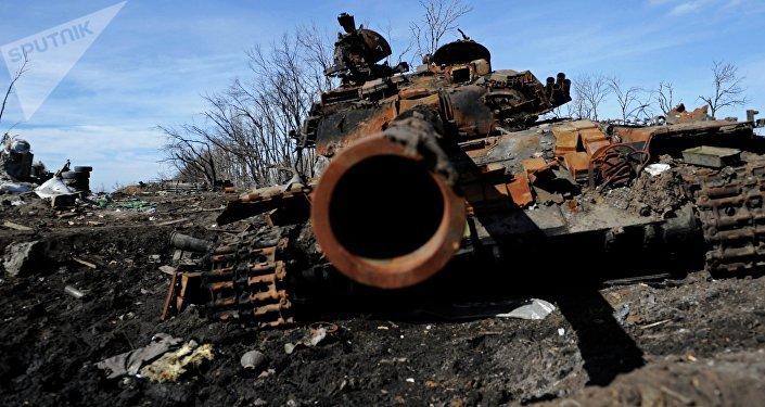 Un tanque destruido en Donbás