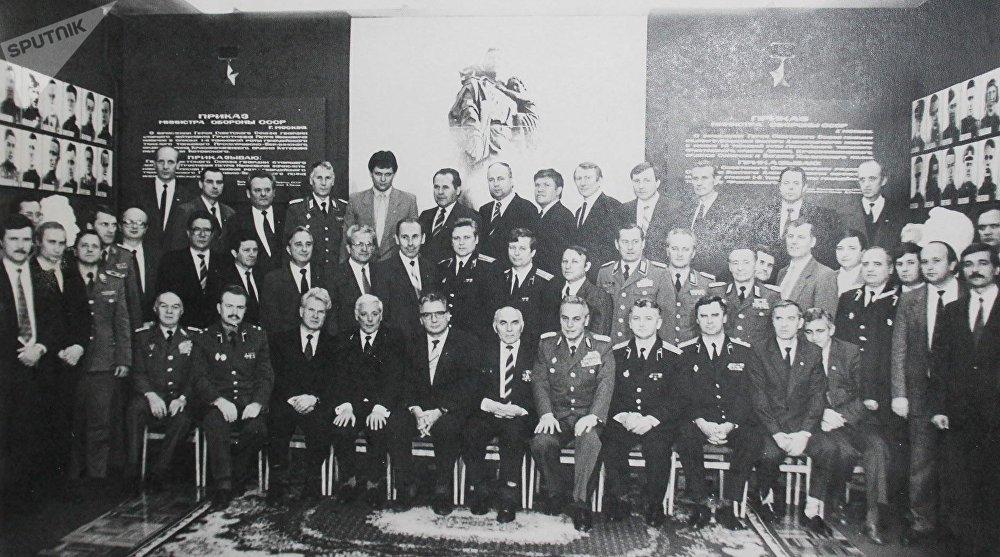 La foto de los funcionarios de la KGB y del Stasi. Vladímir Putin es el segundo desde la izquierda. Horst Böhm es el cuarto desde la izquierda en la fila de los que están sentados