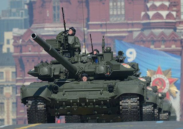 Una columna de tanques T-90 durante el ensayo del Desfile Militar con motivo de la Victoria en la Gran Guerra Patria, en Moscú (archivo)