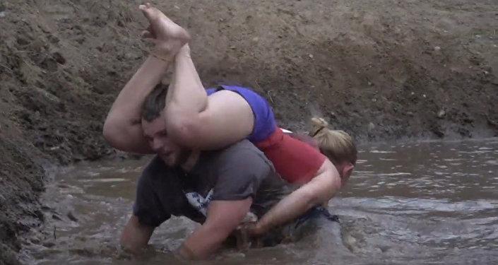¡Esto sí es deporte en familia! En EEUU celebran una carrera de llevar a la mujer a cuestas