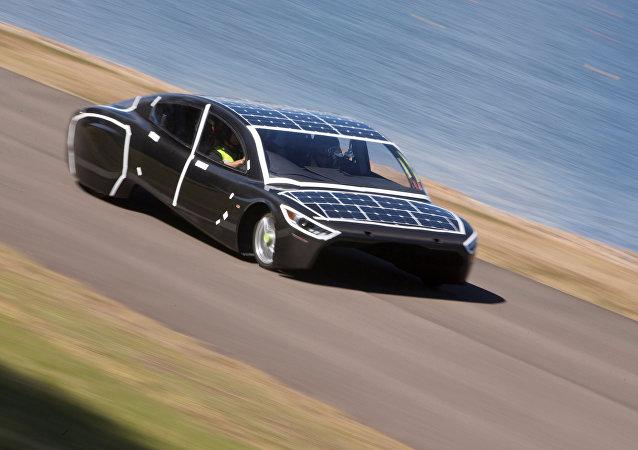 Un auto a energía solar durante una carrera en Australia