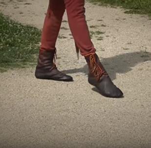 Roland Warzecha, experto en reconstrucciones históricas, mueatra cómo caminaban en la Edad Media