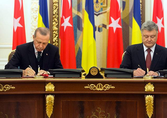 El presidente turco, Recep Tayyip Erdogan, y su homólogo ucraniano, Petró Poroshenko, en la sexta reunión del Consejo Estratégico de Alto Nivel entre Ucrania y Turquía