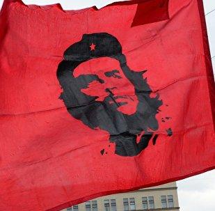 Bandera con el retrato de Ché