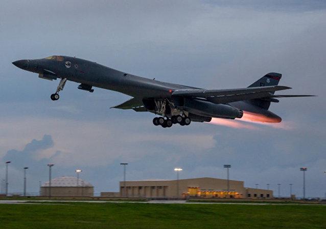 Un B-1B Lancer de EEUU despega de la base aérea de Guam