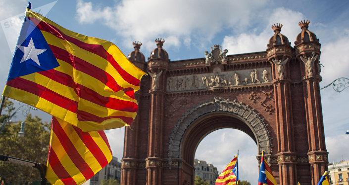 La gente con esteladas frente a Parlamento de Cataluña