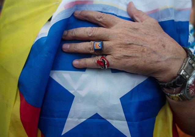Un partidario de la independencia de Cataluña con estelada, la bandera independentista catalana (imagen referencial)