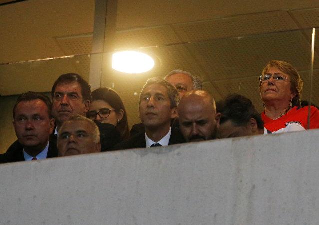 Michelle Bachelet durante un partido de fútbol en Brasil