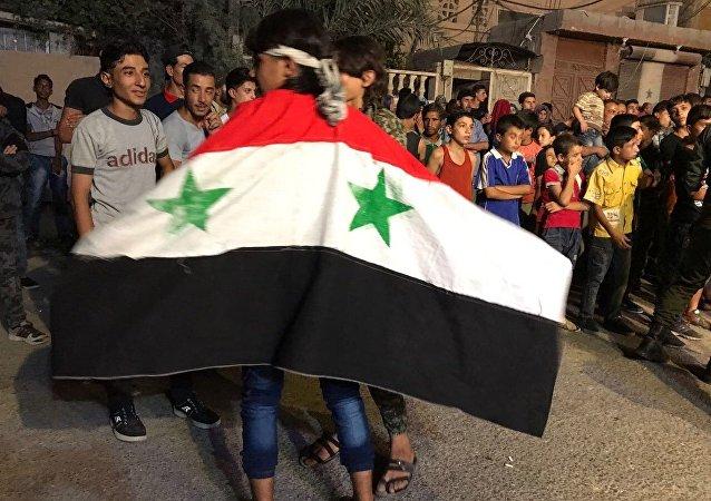 Niños sirios con la bandera del país