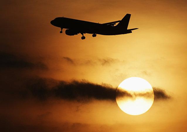 Un avión despega de un aeropuerto (Archivo)