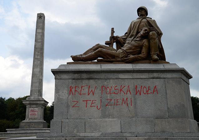 Un monumento a los soldados soviéticos en Varsovia, Polonia