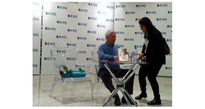 Mario Vargas Llosa con una lectora