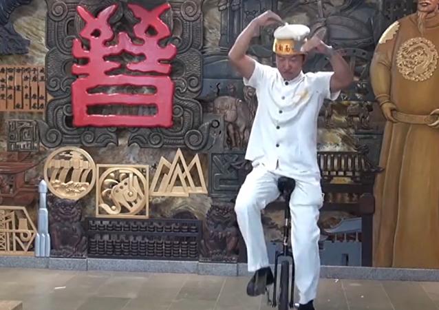 Los cocineros de este restaurante chino saben hacer increíbles trucos.