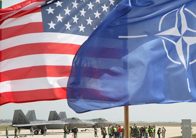 Las banderas de EEUU y de la OTAN