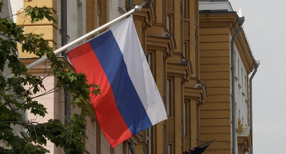 La bandera de Rusia flamea frente a la embajada de EEUU en Moscú