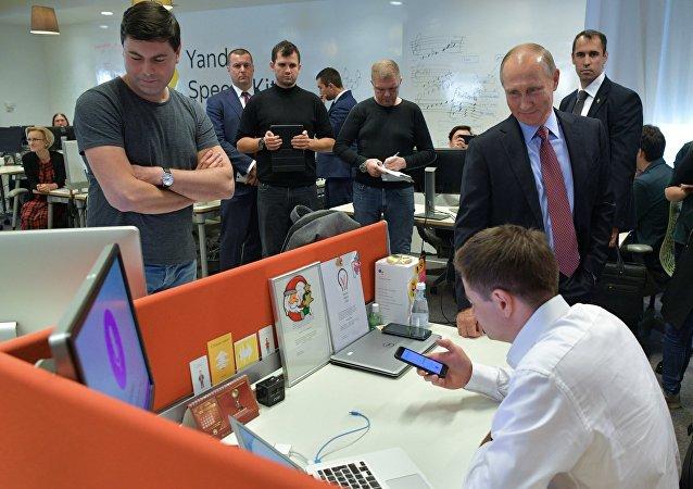 El presidente de Rusia, Vladímir Putin, durante su visita a la sede de Yandex en Moscú el 21 de septiembre de 2017, donde probó personalmente la versión preliminar del asistente robótico Alisa