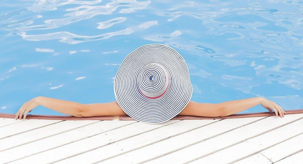 Una mujer en la piscina