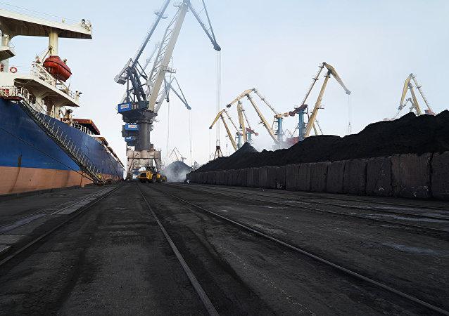 Cargamentos de carbón amarrados al puerto de Yuzhni, en Odesa (Ucrania)