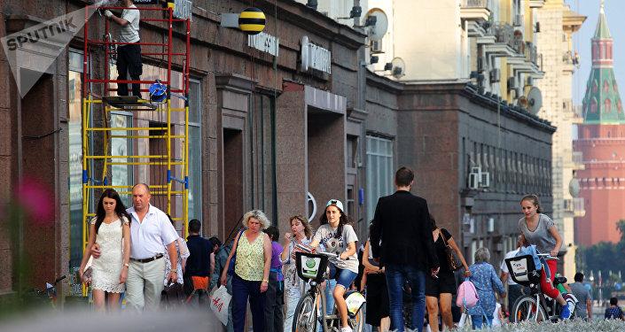 Moscovitas pasean por la calle Tverskaya