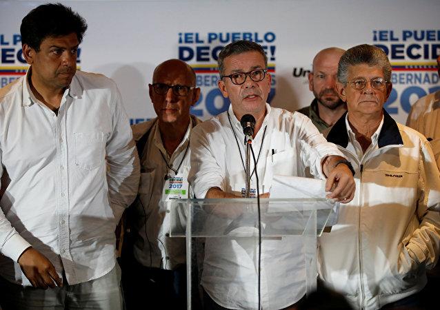 Gerardo Blyde (centro), el coordinador del Comando Nacional de Campaña la oposición venezolana