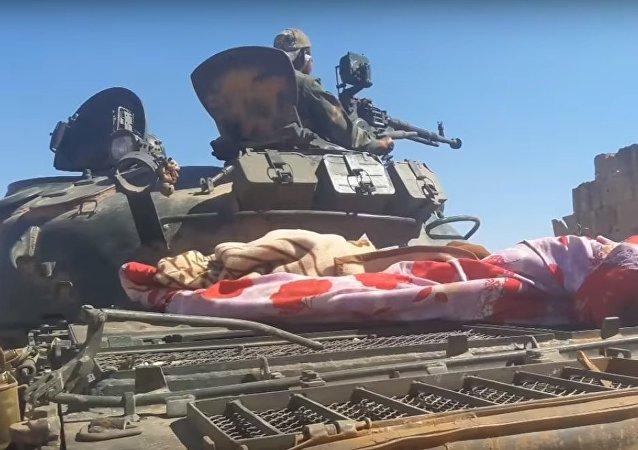 Los tanques del Ejército sirio hacen trizas las barricadas de Daesh