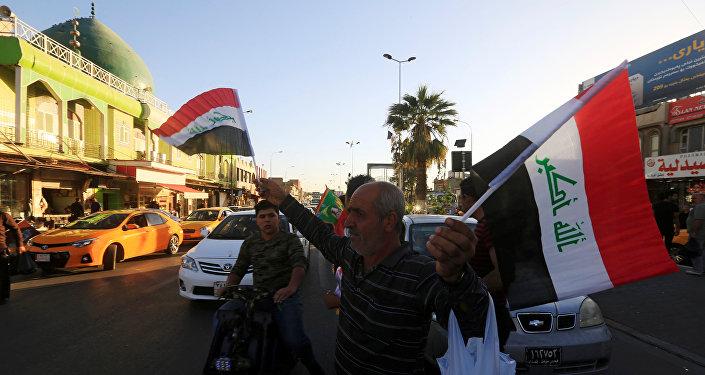 Un hombre vende banderas de Irak en Kirkuk