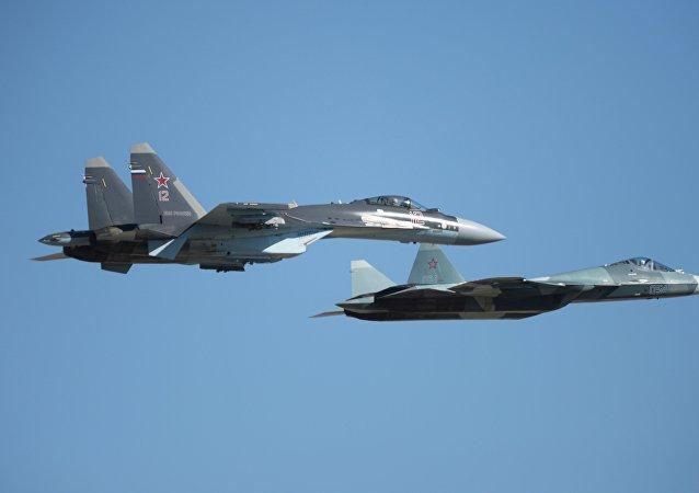 El Su-35 (izquierda) junto con el T-50 durante un vuelo de demostración