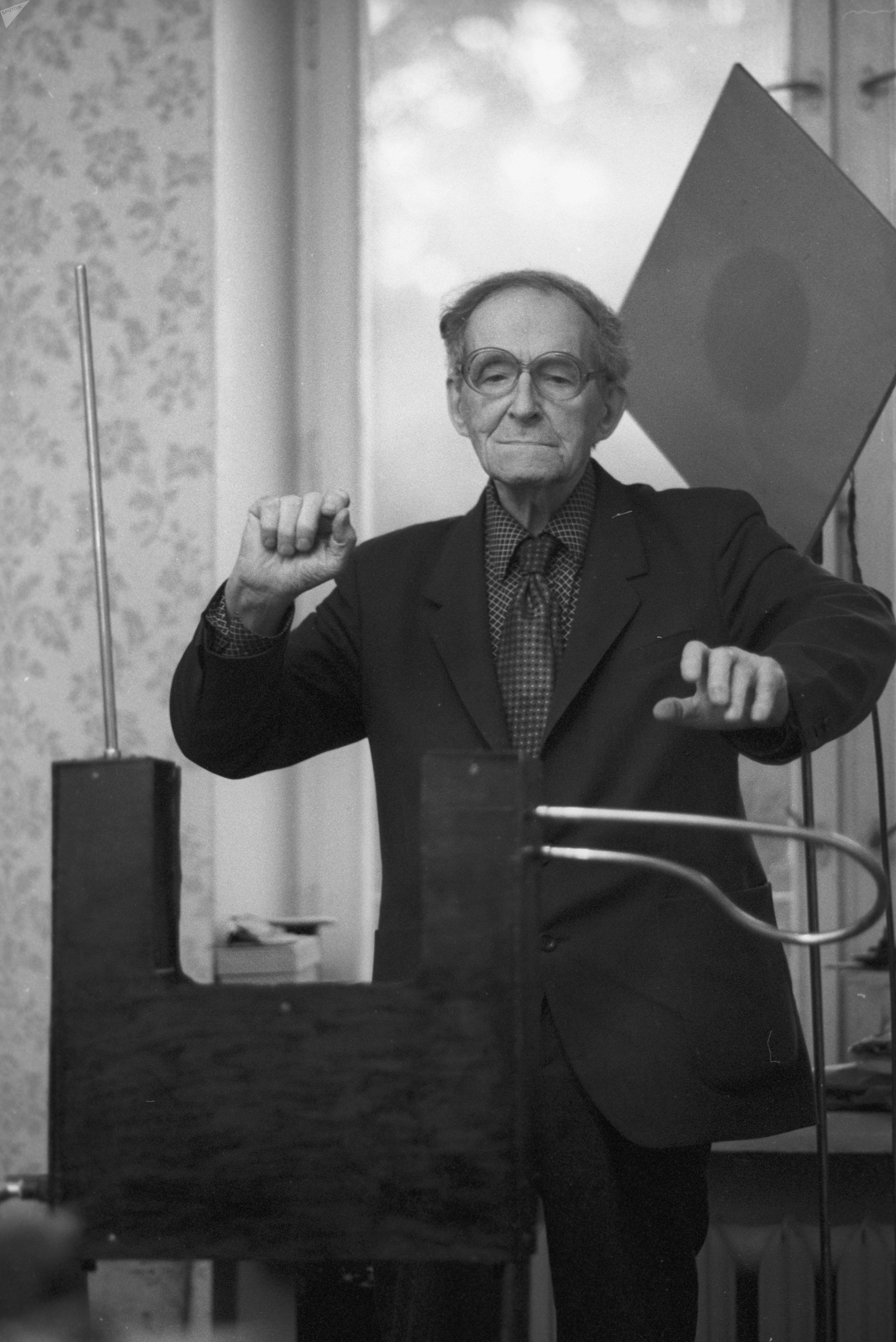 León Theremin, creador del primer instrumento electrónico del mundo.