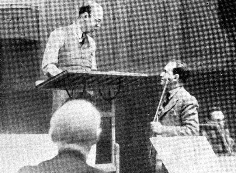 El compositor Serguéi Prokófiev (izquierda) y el violinista David Oistrakh (derecha) en un ensayo en 1938.