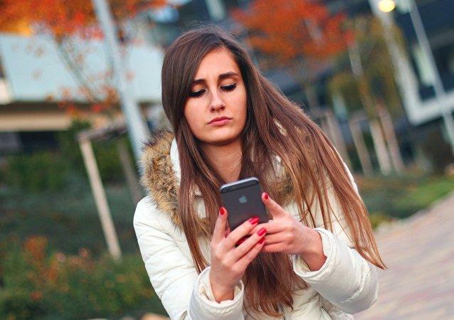 Una chica, enviando un mensaje (imagen referencial)
