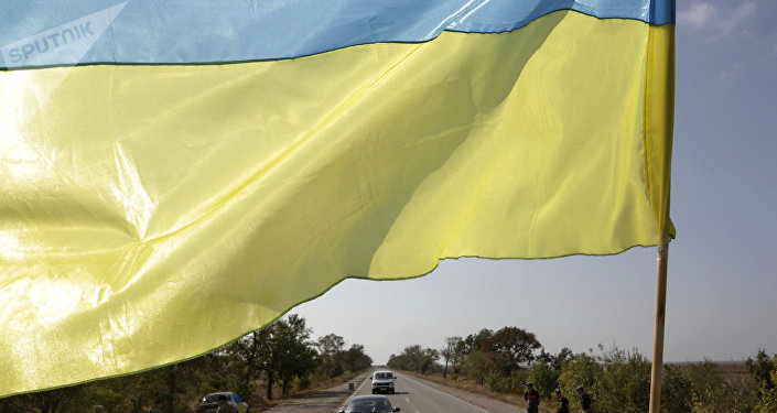 La bandera de Ucrania en la frontera con Crimea